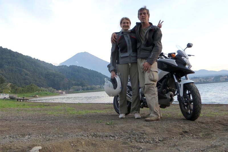 In moto ai piedi del Fujiyama